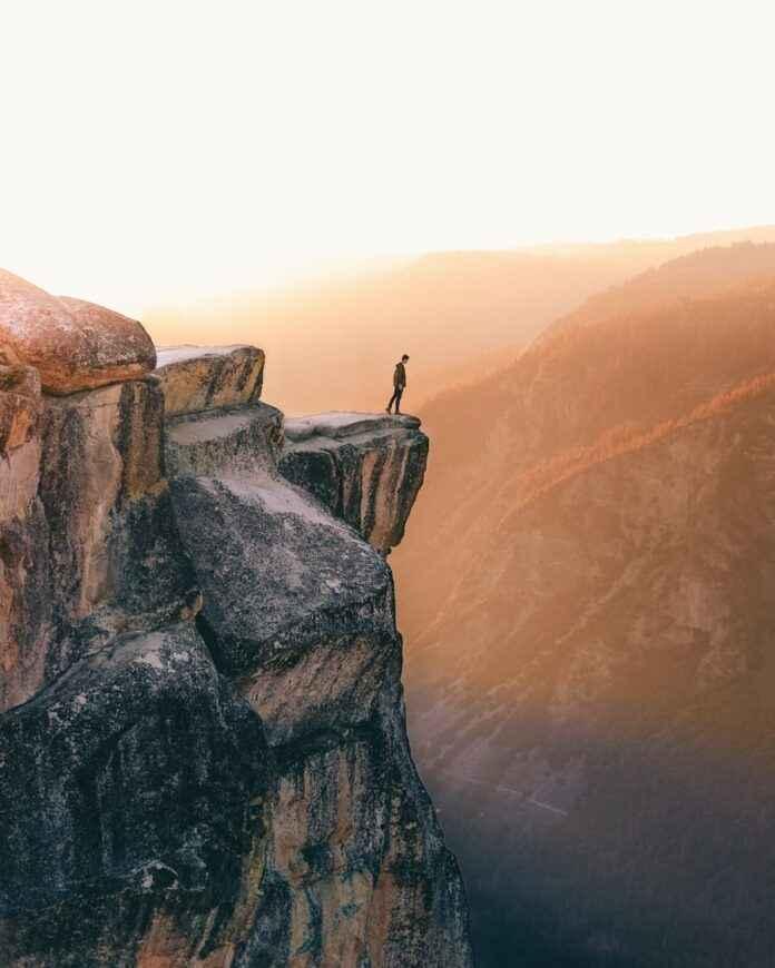 Berg und Mensch im Gegenlicht