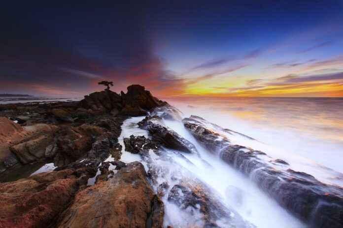 Felsenküste Sonnenuntergang