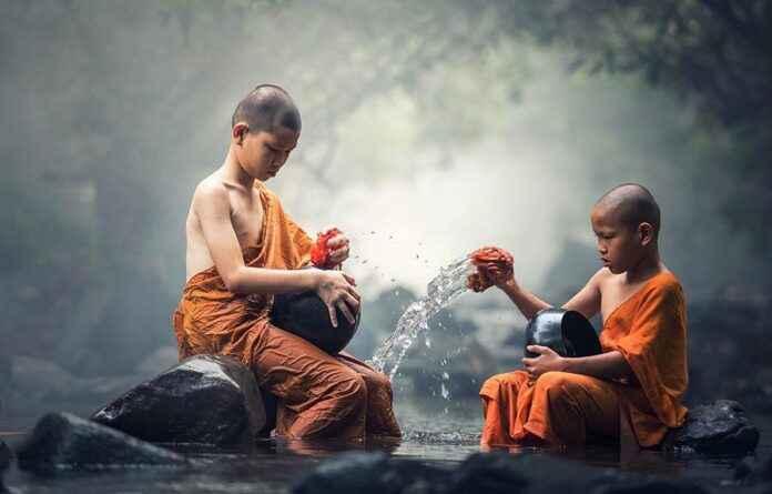 Junge Buddhisten im Fluss